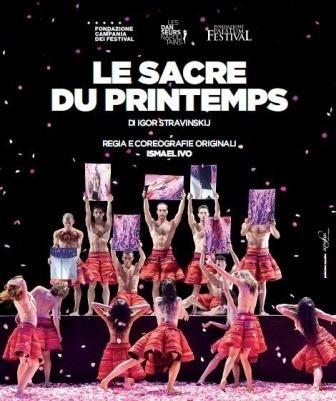 Una pioggia di mille petali di rose per il balletto «Le sacre du printemps»