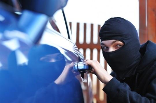 Rubano una Fiat 500, ladri acciuffati