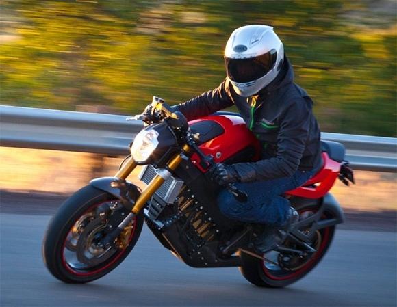 Guida una moto, ma senza avere la patente finisce nei guai un giovane centauro rumeno