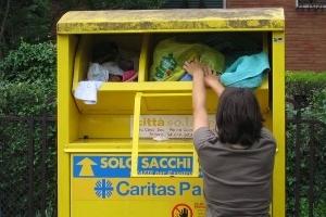 Tasferiti in via Pianodardine i contenitori per la raccolta degli abiti usati della Caritas