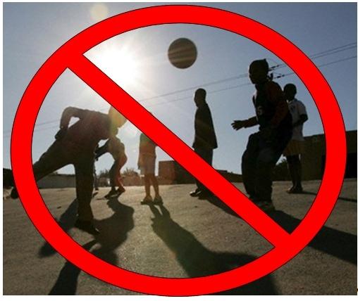 Vietato trasformare strade in campi da calcio. Il sindaco Foti sequestra il pallone alla città