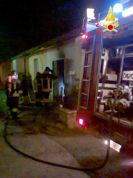Tetto in legno dell'abitazione prende fuoco. Tratta in salvo famiglia di cinque persone